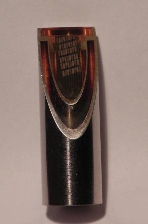 Sezione obliqua della batteria nucleare realizzata con barrette di telloruro di Bismuto. Si osserva la struttura a dewar in titanio