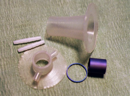 Elementi costituenti della vescica raccordo che alloggia la valvola unidirezionale, riparo della valvola, cilindro che regolarizza la sede della valvola.