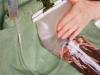 Collaudo della ermeticità della valvola. Pur premendo fortemente sulla sacca, il liquido non risale nei cateteri.